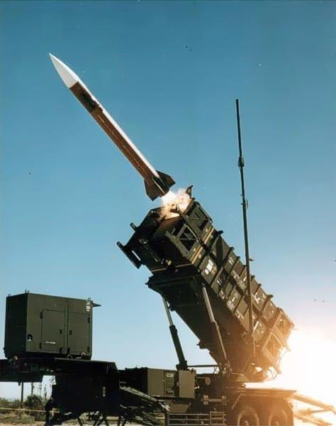 System Patriot wystrzeliwujący rakietę