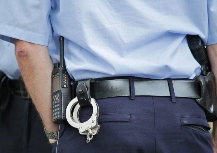 Policjant z kajdankami