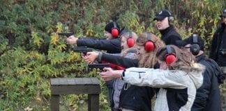 Dziewczyny na strzelnicy