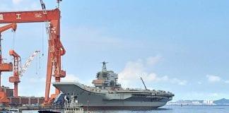 Chiński lotniskowiec w porcie