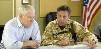 Sekretarz Obrony USA Robert M. Gates i generał Nicholas Carter w Afganistanie (2010)