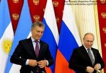 Prezydent Argentyny Mauricio Macri i prezydent Rosji Władimir Putin na tle flag swoich krajów