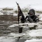 Rosyjski żołnierz sił specjalnych w akwalungu