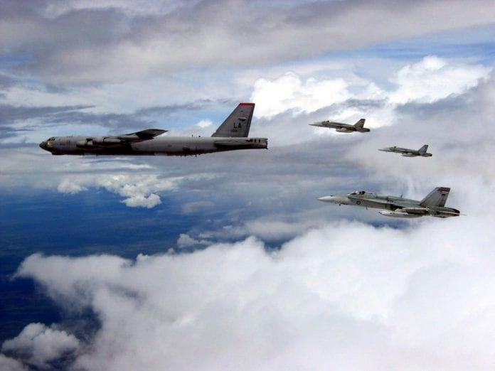 Bombowiec B-52 w eskorcie myśliwców