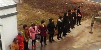 Jiangxi - kobiety próbują chronić kościół
