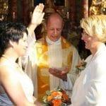 Ksiądz Michael Kopp błogosławi homoseksualny związek